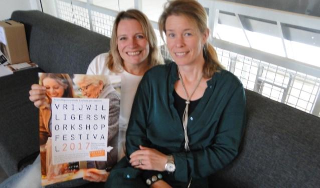 Wendy Goodin (links) en Goverien Teerds van Vrijwilligerscentrale Lochem prijzen het festival aan.