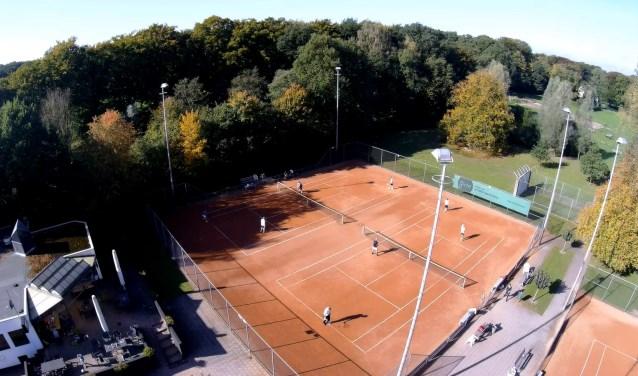 Tennisclub Nijverdal wil met duurzame maatregelen de energierekening verlagen. Foto: Mastverlichting.com