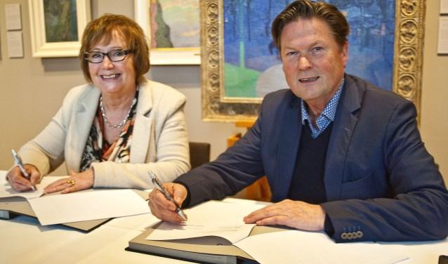 De wethouders Joke Reuwer en Piet Sleeking tekeken de papieren die bij de overdracht  horen. (foto: Jeroen Verbueken / fotopersbureau Busink)