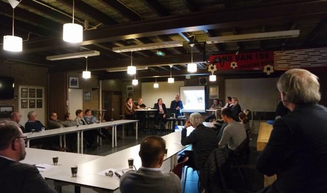 Het debat in de kantine van de Edesche boys, vooraan Hans van Egdom en de Edese politici, aan de tafels de voorzitters van lokale sportverenigingen. Foto: Eline Lieftink