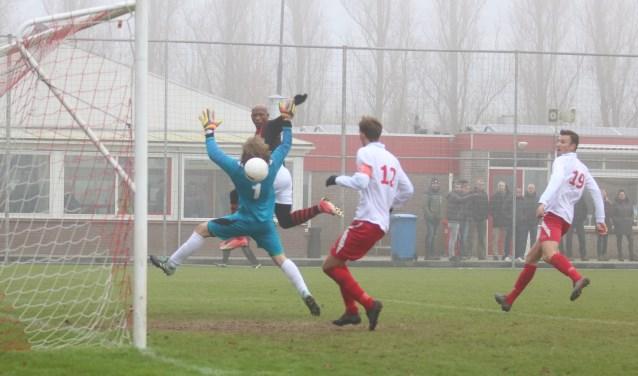Jay Luciano kopt de 0-1 binnen uit de voorzet van Koen Lighaam. (Foto: Edwin Schreurs)