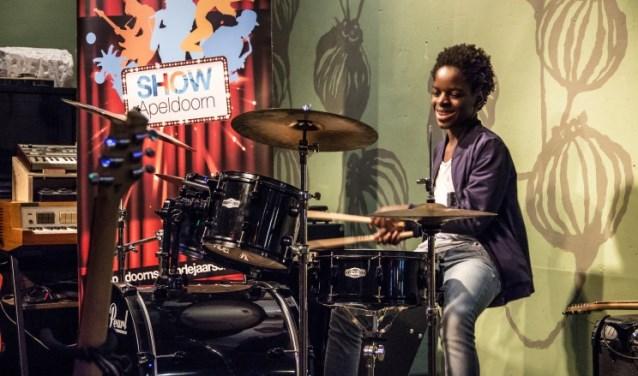 """Tijdens de auditie van SHOW blies Lionel het publiek en jury omver met een knallende drumsessie. ,,Ik vind het ontzettend leuk om mee te mogen doen aan SHOW Apeldoorn."""" (foto: Imre Stuifmeel)"""