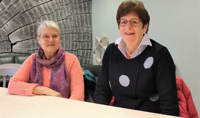 Tetsje Feenstra (links) en Tiny Pleiter vinden het hartverwarmend om te zien hoe Leusden, Achterveld en ook De Glind de voedselbank in Leusden een warm hart toedragen. (Foto: Quirine van Mourik)