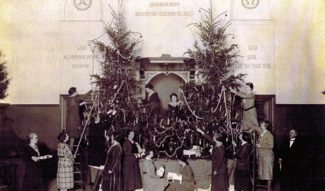 Zeldzame opname van de voorbereidingen op kerstfeest 1931 in de Remonstrantse Kerk. We zien niet 1 maar 4 bomen! En dan te bedenken dat een dergelijke boom een profane oorsprong heeft... (Foto: 'Boekje 46')
