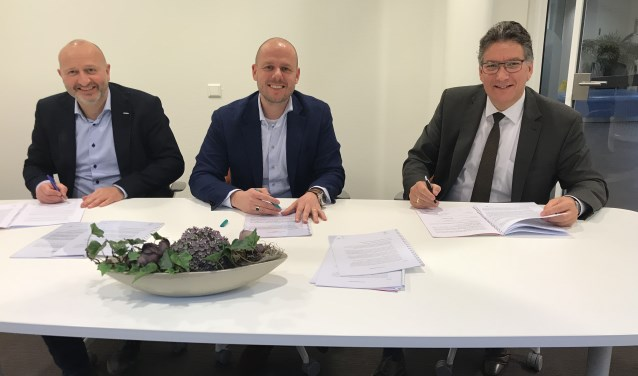 Hans Keuken (wethouder gemeente Neder-Betuwe), Jasper Karel van Klokgroep Wonen bv (Nijmegen), René van Arnhem van Vabo Ontwikkeling (Culemborg). Niet aanwezig, maar wel ondertekenaar, was Tonny Gerritsen van Ten Brinke Vastgoedontwikkeling bv (Arnhem).