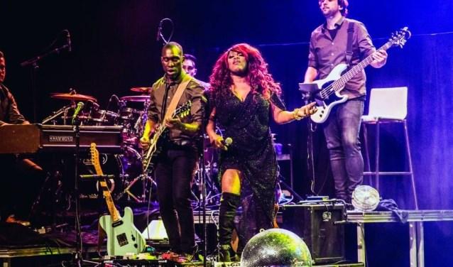 Berget Lewis laat zich tijdens haar optreden in Dordrecht begeleiden door een tienkoppige band.(foto: pr)