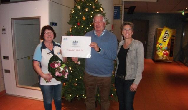 Els Derksen overhandigt de cheque aan Wim Hendriksen, van Bergh in het Zadel. Rechts op de foto Daniella Peters. (foto: PR)