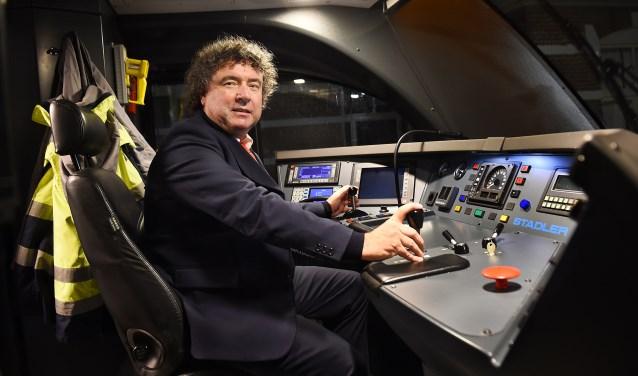 Cor Schouten in de treincabine. (foto: Roel Kleinpenning)