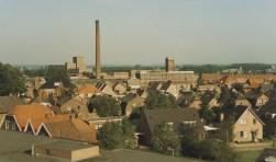 De foto van 'n Stoom gemaakt vanaf het dak van de Parkstede aan de Parkstraat. Achtereenvolgens huizen aan de Oosterhofweg, Spuitstraat, Weverstraat, Smittenbelt en Wierdensestraat met de jutefabriek op de achtergrond. Foto: collectie Rijssens Museum