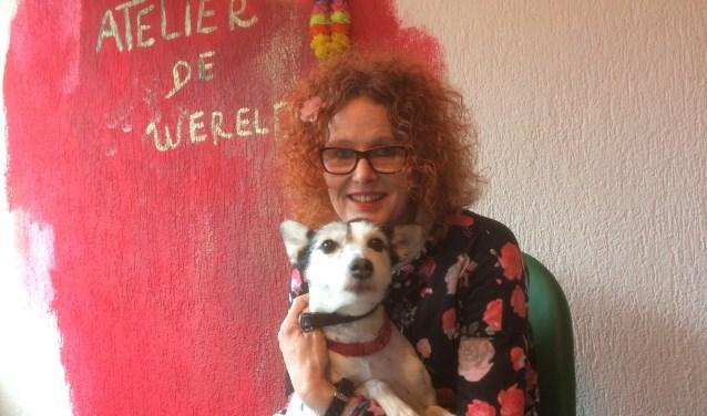Barbara Robben met hond Flow in haar Atelier De Wereld. Hondje Floris wilde niet op de foto (foto: Ron van Kuijk)