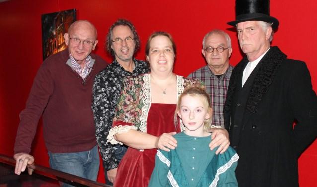 Will Kolenbrander en dirigent Michel de Valk zien uit naar  A Christmas Carol, samen met regisseur Piet van Dieren van Kwibus. Scrooge en moeder en dochter Cratchit kwamen al tot leven. (Foto: Lysette Verwegen)