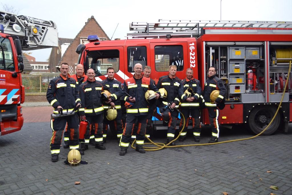 het brandweerteam dat werkt met jaarwisseling zij staan voor de  genoemde tankautospuit brandweer  © Persgroep