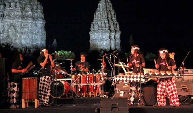 Svara Samsara is een jonge slagwerkgroep uit Indonesië met een coole, dynamische eigentijdse aanpak.