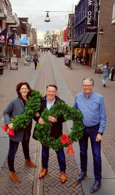 Werkgroepleden Nicole Workel, Marcel Boeve en Bernard Sassen (vlnr) gaan De Heurne in kerstsfeer brengen.