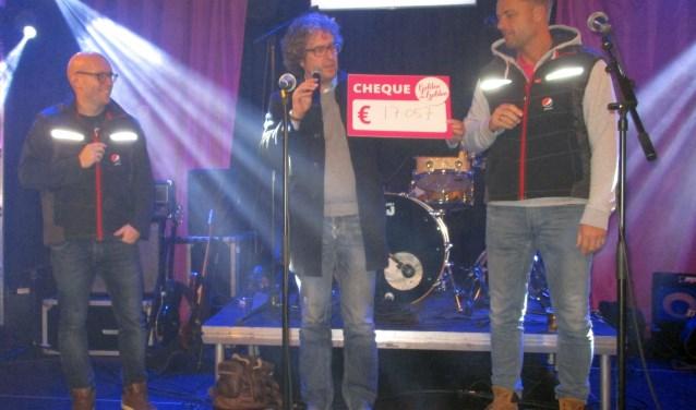 Entertainer Dennis Pijpers, Paul van Aanholt, voorzitter Stichting Leergeld en Bob Mijling, voorzitter GvH.
