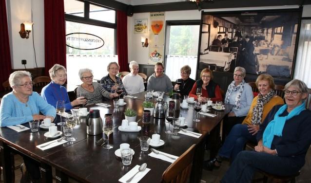 De groep 'Wandelen in de wijk' sluit het jaar af met een welverdiende lunch.