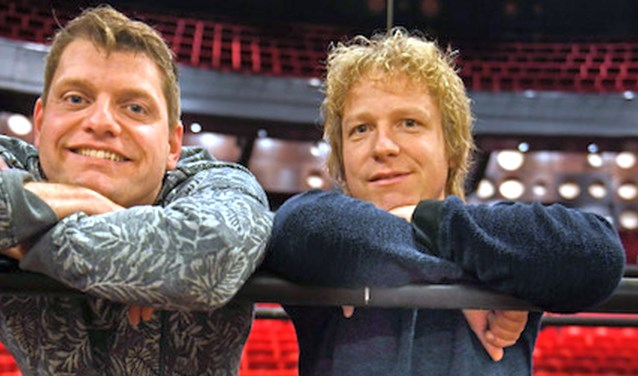 De Twentse cabaretier Thijs Kemperink (rechts) en de Drentse goochelaar Mitch Durban. Foto: Annina Romita