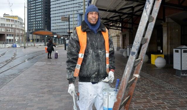 Ulrich Damon maakt het gebied rond Den Haag Hollands Spoor met zijn schilderwerk een stukje mooier. (Foto: Jos van Leeuwen)