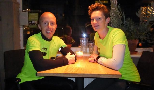 Sanne (rechts) en haar vriend Martijn Korremans in café Helder in Klarendal. De start- en eindplek van het wekelijkse hardlooprondje met Social Mile. (foto: Marnix ten Brinke)
