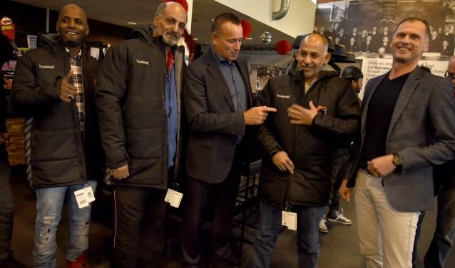 'Hij past', stelt wethouder van Gelder (m). Teklam (l), Jamal en Mohamad zijn maar wat blij met hun warme jassen. Rechts Olympia voorzitter Edo Neefjes. Foto: Marianka Peters