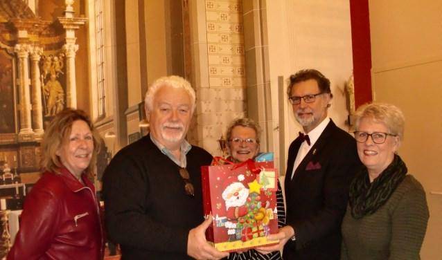 De overhandiging van de goodiebags door Jan Poodt en Trudy Degen van Stadskoor Grave.