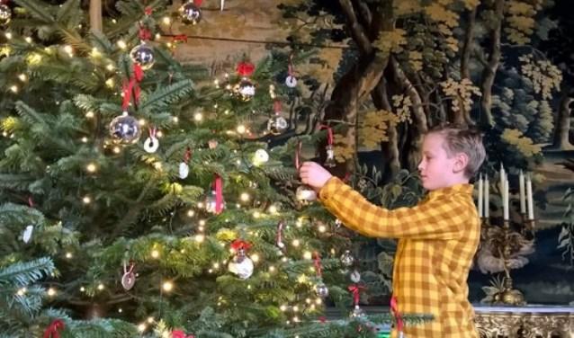 Onder de kerstboom van Slot Zuylen wordt een bijzonder kerstverhaal verteld. Foto: PR