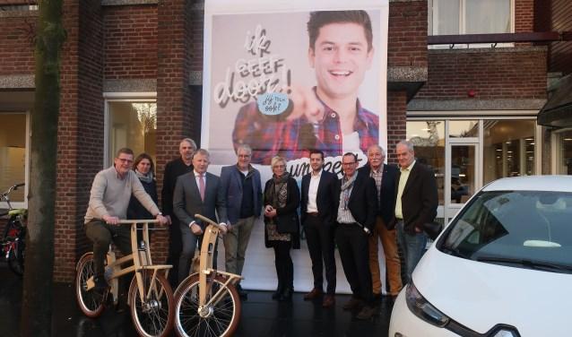 Wethouder Gert van den Berg samen met vertegenwoordigers van de gemeente, het bedrijfsleven, de gemeenteraad en de energiecoöperatie Nunspeet Energie.