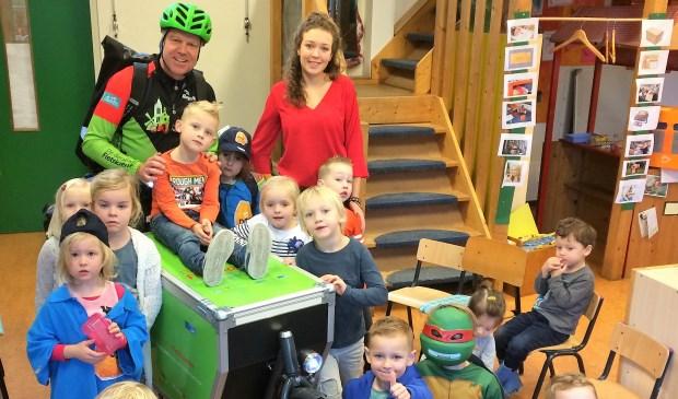 Marcel Herrewijn leerde de kleuters over het bezorgen van post op de fiets en hoe dat in zijn werk gaat. Eigen foto