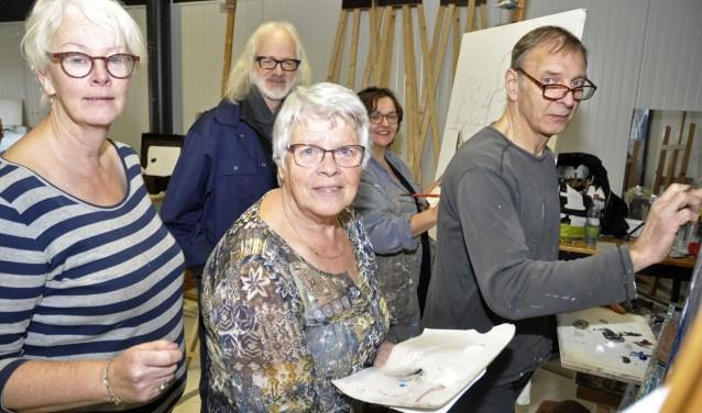 De organisatoren en deelnemende kunstenaars kruipen met regelmaat graag achter hun ezel. Hier schilderen (v.l.n.r) Helma Vos, Nelly Ottink, Willeke van der Heijden en Peer Vos onder toeziend oog van docent Peter Linnartz (met baard) van de Stichting Kunst Giessen.
