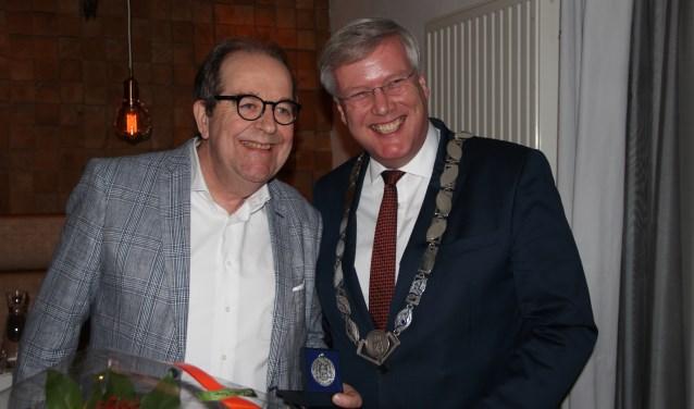 Bert Roetert en burgemeester Andries Heidema. (foto Harry Vos)