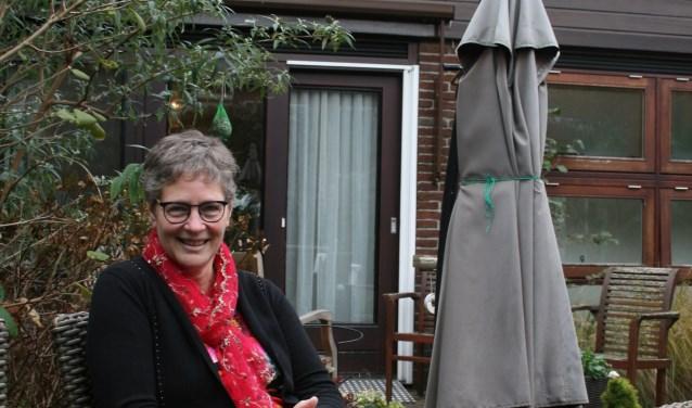 """Els Driessen is vrijwilliger bij tichting hospicegroep Alphen aan den Rijn/Nieuwkoop. """"Soms leidt een kort praatje tot diepgaande gesprekken. En dat vind ik uiteindelijk het mooiste."""" Foto's: Esmeralda Wijbrands"""