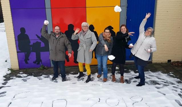 De medewerkers van De Welle sluiten het jaar af met een sneeuwballengevecht. De Welle helpt veel partijen.