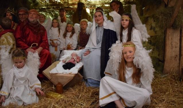 Alle spelers en baby Jezus in de kerststal in Gastel. Foto: Frans Claes.