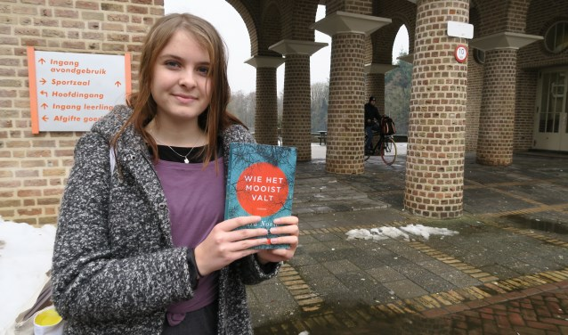 """Nora van den Brink las haar favoriete boek 'Wie het mooist valt', geschreven door Sara Novic. """"Deze roman is echt prachtig"""", vertelt ze.  (foto: Marian Vreugdenhil)"""