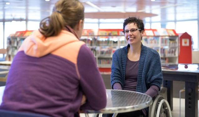 Twee mensen in een een-op-eengesprek, afgelopen zaterdag tijdens Human Library in ZB Planbureau Zeeuwse Bibliotheek in Middelburg. FOTO: Martijn Bergsma