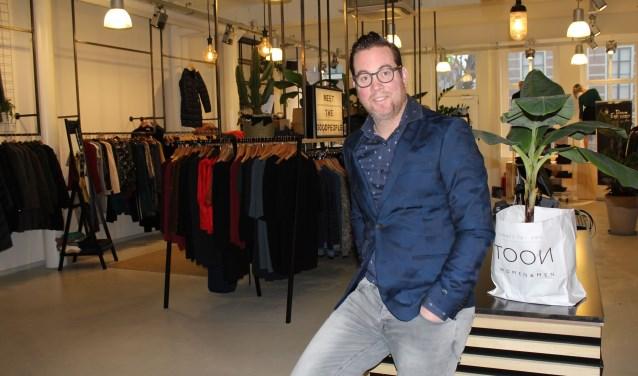 Niels Cornelisse en zijn klanten zijn blij met TOON Wo-Men in de Utrechtsestraat. Foto: (Lysette Verwegen)