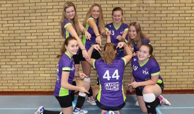 Vreugde bij de A-meiden van VIA, Volleybal in Arkel, na het behaalde kampioenschap. Eigen foto