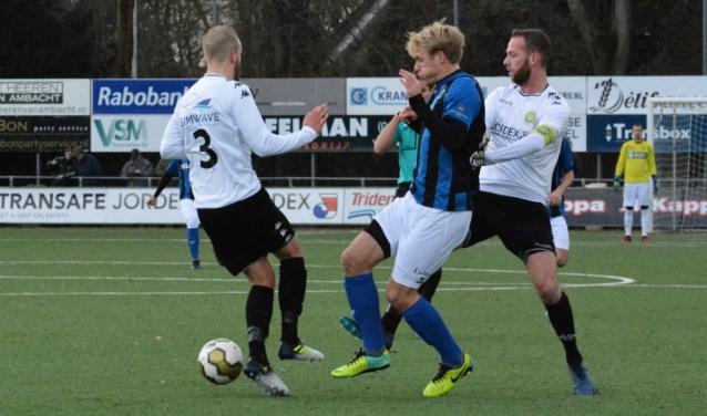 ASWH-spelers Stanley Husen (3) en Jesper van den Bosch (rechts) gaan een duel aan met ACV'er Marco van der Heide. (FOTO: Philip Schmidt )