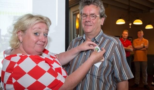 Christel de Laat voorziet Piet Verbeeten van de button van Een Goei Leven. (foto: Een Goei Leven)