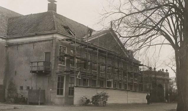 1925-1935. Gezicht op de schouwburg (in steigers) op het Molenwater te Middelburg, met op de achtergrond de ook toen al bestaande Koepoort FOTO: ZEEUWS ARCHIEF