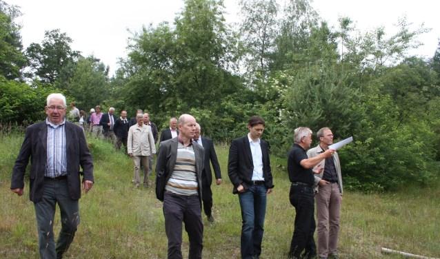 In 2009 bood Roel Docter (tweede van rechts) 1800 handtekeningen in de kuil van Ennerveld 1.800 handtekeningen aan om van het terrein een bungalowpark te maken. Nu lijkt er een doorbraak te komen.