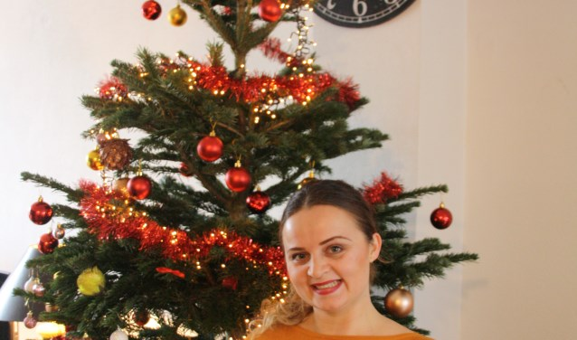 Jagoda Pavleska voor de kerstboom in de woonkamer. FOTO: Astrid van Walsem