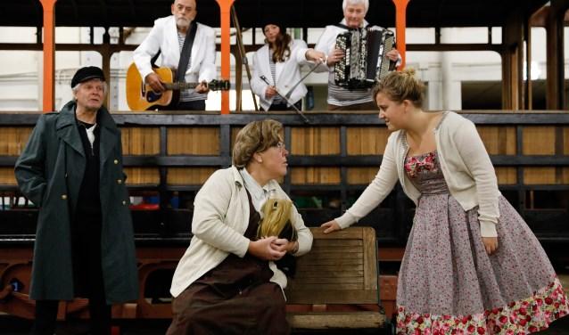 Een combinatie van een talkshow en een voorstelling met Rotterdamse muziek waarin het leven van Oma Greet centraal staat. (Foto: Bas Czerwinski)