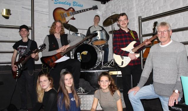 """Koos Blijleven is trots op 'zijn' Junior Sunday Blues Band. """"Ik vind het stoer dat ze dit aandurven en ik ben als coach dik tevreden over hun samenwerking en muzikale prestaties."""" (Foto: Lysette Verwegen)"""
