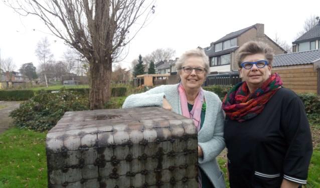 Cuna Rupert (links) en Joke Boer(rechts) door mij gemaakt. Het kunstwerk is van Cor van Gulik. (foto: Ina Florusse)