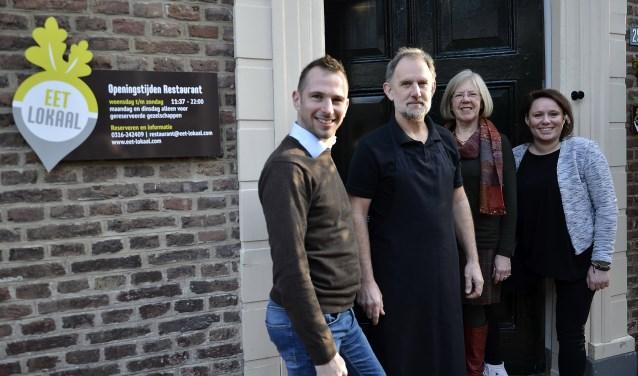 Het Restaurant Eet-Lokaal aan de Markt/Wittenburgstraat is sinds 1 januari in andere handen. Het enthousiaste team bestaat uit Pablo van Dick (links), kok Hertzog Olivier, Nada Marais en Linda Hogerhorst.     (foto: Ab Hendriks)