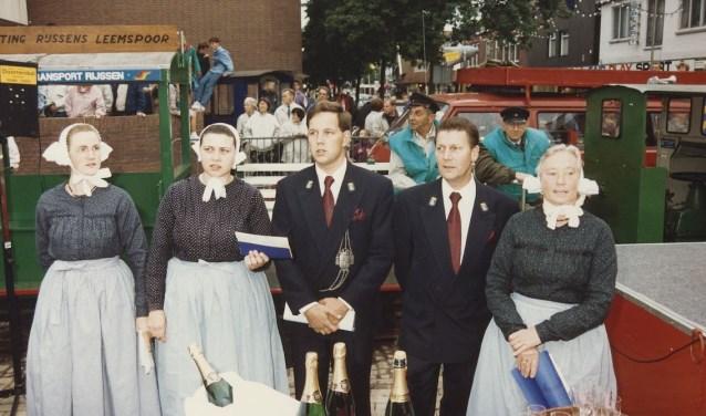 De gemeentebodes Erik Brinks (links met bodebus) en Jan Lankamp bij de onthulling van het monument t.g.v. Rijssen 750 jaar Stad. Foto: collectie toenmalige gemeente Rijssen.
