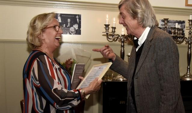 Marianka Peters neemt de oorkonde behorende bij de Hart voor Goudaprijs in ontvangst van Koos Boonstra, voorzitter Kwartaal Club.