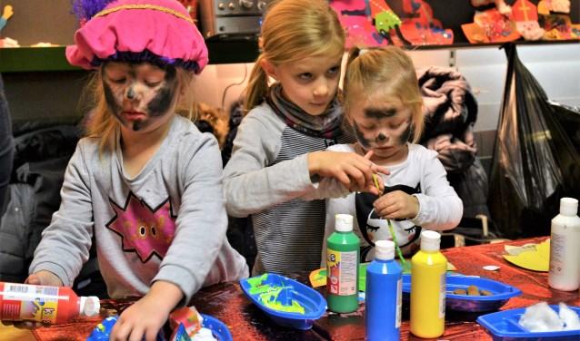 Kinderen aan de slag tijdens de leuke knutselmiddag.