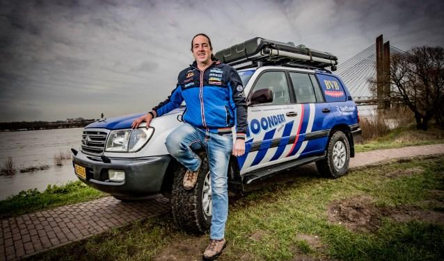 Bert van Bruchem poseert hier voor zijn Land Cruiser waar hij tijdens de barre tocht op moet kunnen vertrouwen. De auto is volledig geprepareerd voor de omstandigheden in Afrika. Foto: Levin & Paula Photography vof